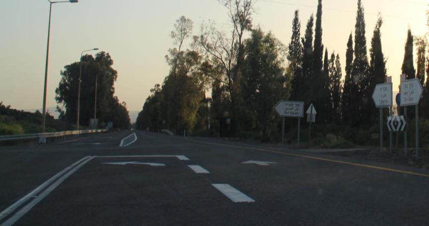 צומת תל קציר, מבט מצפון לדרומה. בהמשך הכביש הזה נעצרה תנועת הגדוד בעקבות ההפגזה