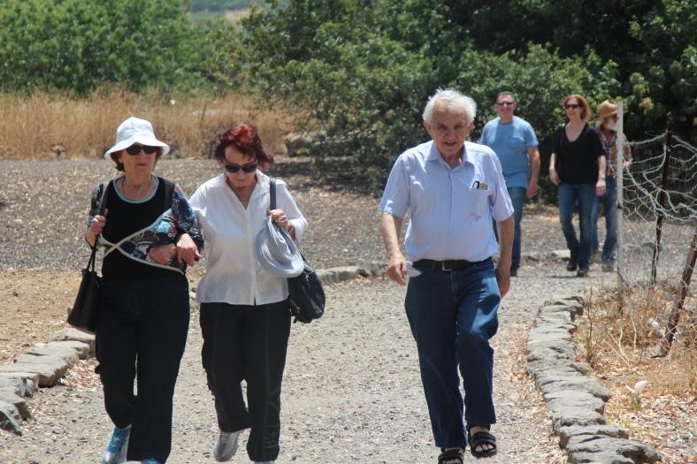 משפחת קליין מגיעה לתל פאחר. מימין: הבת איילת, הבן דודי, הגיס יוסף דרור, האלמנה שרה ואחותה