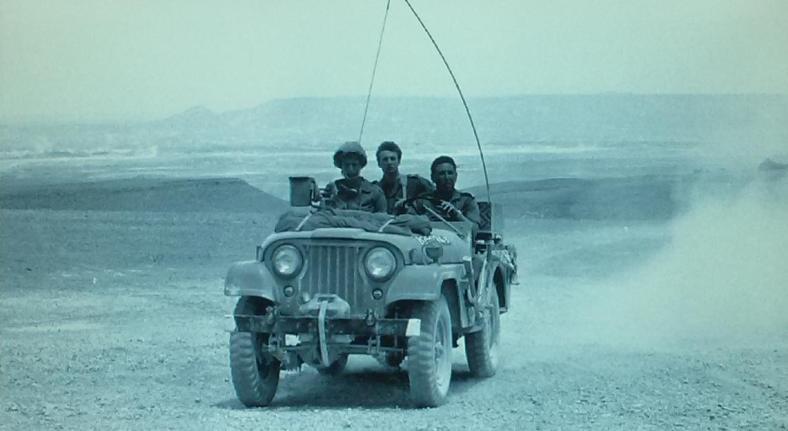 """אריה קרן, מג""""ד 121, מאחורי ההגה בתקופת ההמתנה כשחטיבה 8 היתה בגזרת סיני [צילום מארכיון צה""""ל]"""