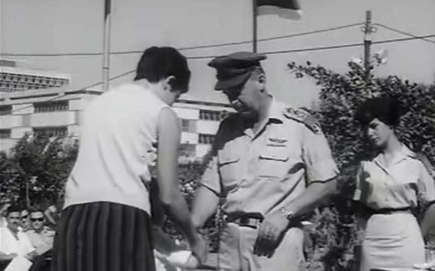 """הרמטכ""""ל יצחק רבין מעניק צל""""ש לרעיה שכולה, בטקס שנערך בנובמבר 1967 במחנה מטכ""""ל בת""""א [צילום: יומני גבע]"""