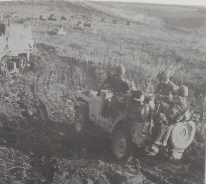 מורידים פצוע בג'יפ מהקרבות ברכס שמעל גונן [מתוך ספר חטיבה 37]