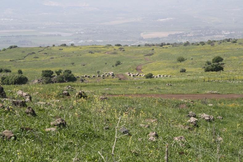מבט מהרכס הגבוה של איזור קלע לעבר מחסום הקוביות לצפייה מקסימלית - לחצו [צילום דני ביזר]