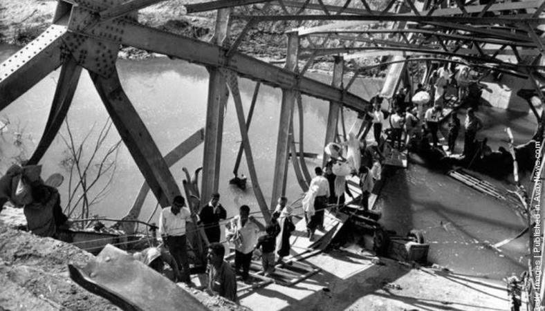 """פליטים מהגדה המערבית חוצים מזרחה את אחד מגשרי הירדן שפוצצו ע""""י צה""""ל"""