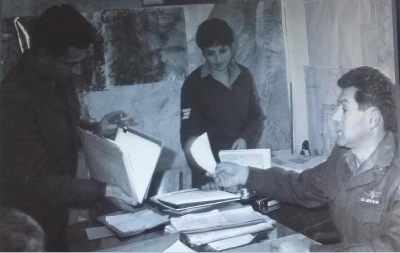 """אלוף דוד אלעזר בלשכתו בבניין פיקוד צפון בנצרת, 1967 [מקור צילום"""" ארכיון צה""""ל]"""