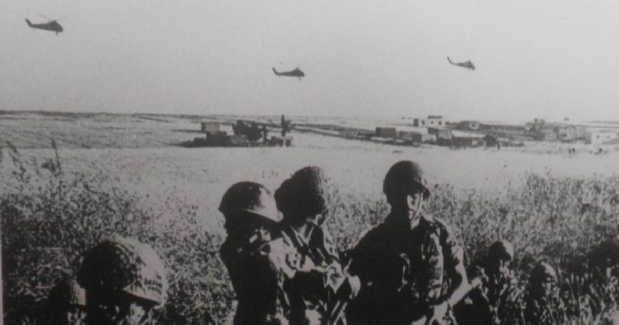 """הנחתת כוחות צנחנים במסוקים בדרום הרמה [מקור צילום: ארכיון צה""""ל]"""