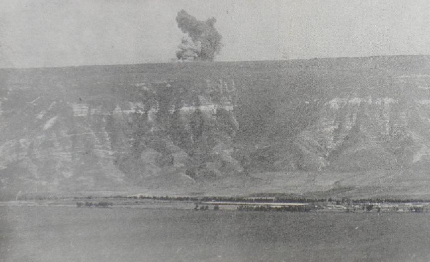 """הפצצת מוצב מזרעת א-דין שמעל האון [צילום:במחנה, ארכיון צה""""ל]"""