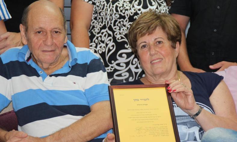 זמיר כהן עם חברתו אתי נסים ותעודת ההוקרה