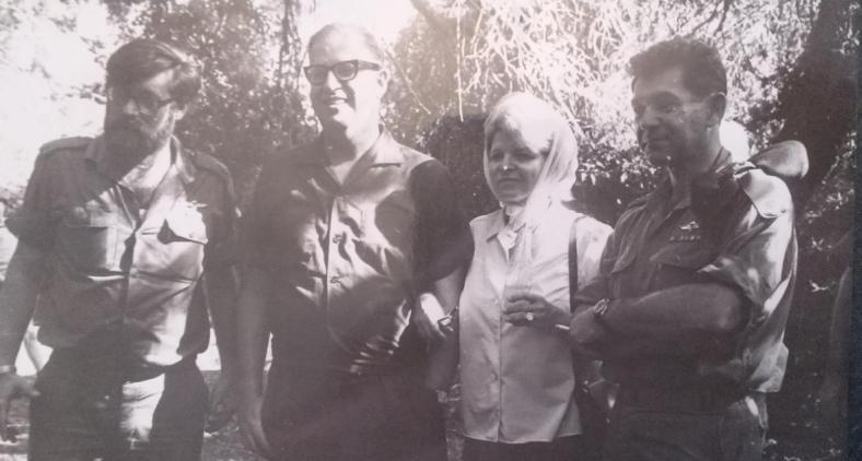 """חרנ""""ם עם דדו ועם שר החוץ אבא אבן ורעייתו סוזי שביקרו בפיקוד. """"אין לי מושג איך הצלחתי להשתחל לתמונה הזו"""", אומר חרנ""""ם"""