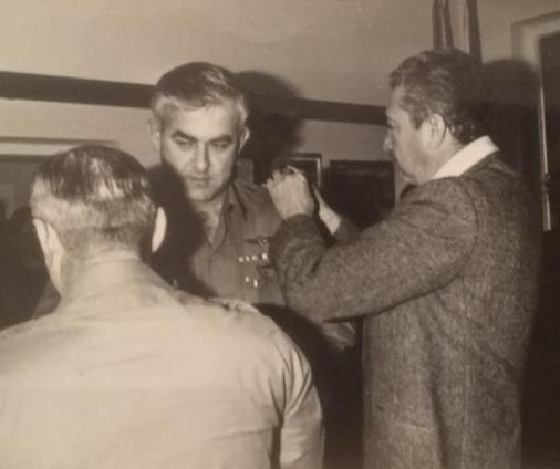 """1979, אבישי כץ מתמנה לקהנ""""ר על-ידי שר הביטחון עזר וייצמן והרמטכ""""ל רפאל איתן"""