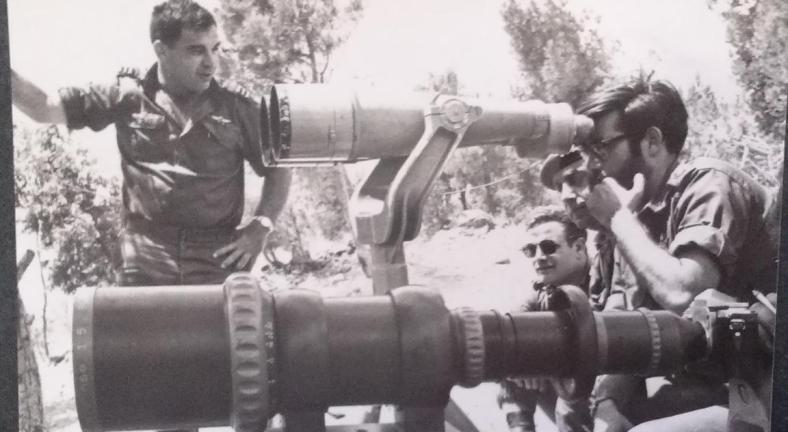 """חנן חרנ""""ם מאחורי משקפת ה-120x20. משמאל: אורי שמחוני, קמ""""ן חטיבת גולני. שימו לב לזום האימתני של המצלמה משמאל"""