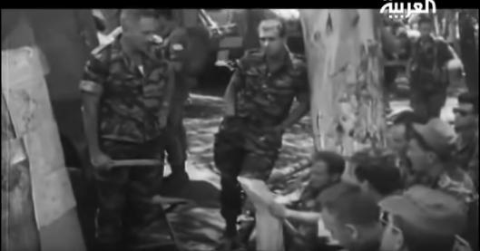 קבוצת פקודות בגולני. יושב מימין עם המפות - מוסא קליין