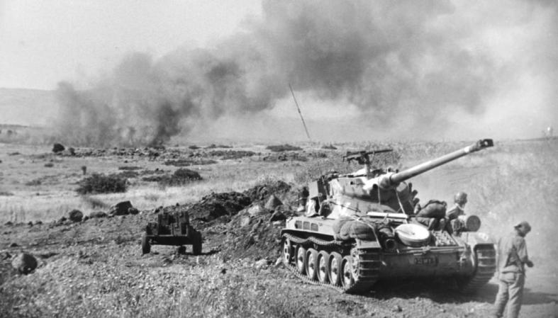 טנק שרמן ביום של קרב ברמה הסורית [המקום אינו מזוהה, כך גם מקור הצילום]