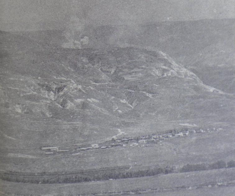 """תאופיק העליונה תחת הפצצה. למטה: תל קציר [צילום:במחנה, ארכיון צה""""ל]"""