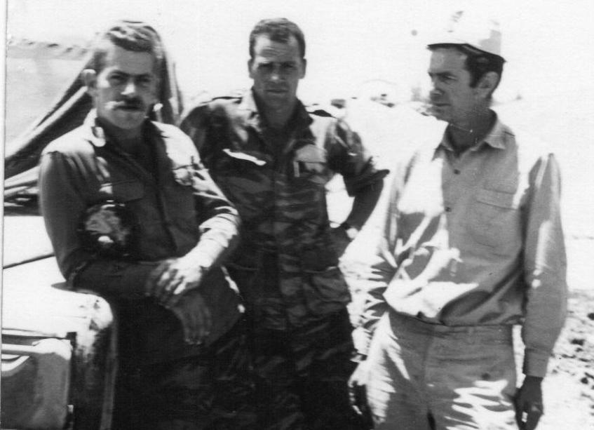 פיני בן סירא [מימין] עם חברים ברמה הסורית