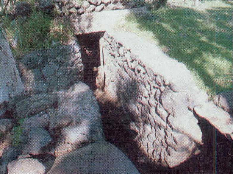 תמונה שצולמה לאחר שכבר נבנו מדרגות בדופן המערבית של התעלה. הדלת כבר איננה אך ניתן להבחין במוט ששימש כמזוזה.