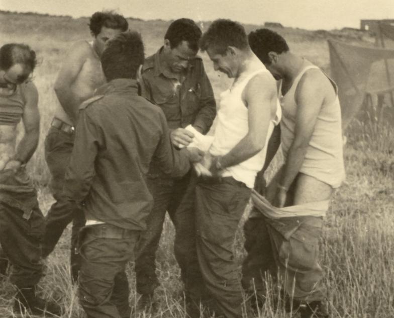 קיץ 1967 ברמה הסורית. החבר'ה מפלוגת הסיור של חטיבה 37 נלחמים בפשפשים