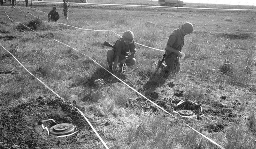 """פלסים מפנים שדה מוקשים בגולן לאחר מלחמת יו""""כ [צילום: ארכיון צה""""ל]"""