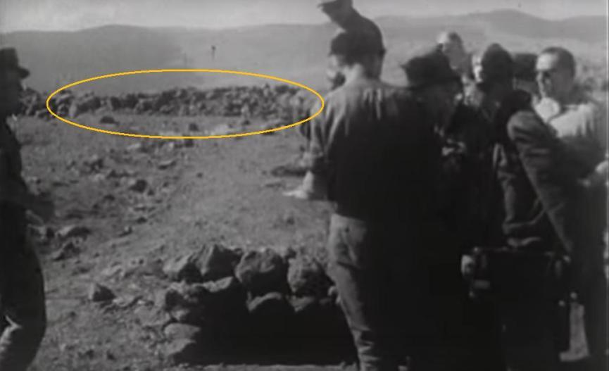 מסומנת: תלולית העפר בצדו המערבי של התל