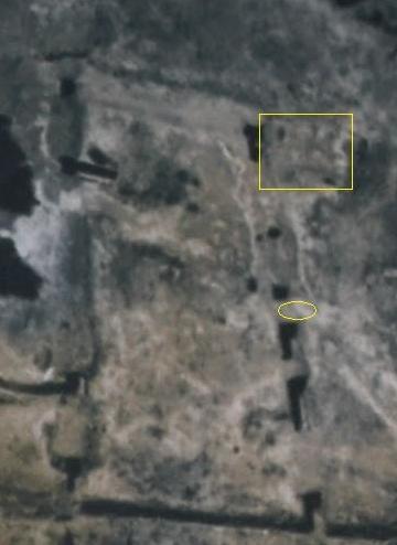 """קטע מתצ""""א שצולם אחרי המלחמה. בריבוע צהוב מסומן הבונקר הצפוני. בעיגול צהוב מסומן מיקום הפמליה בתמונה הקודמת"""