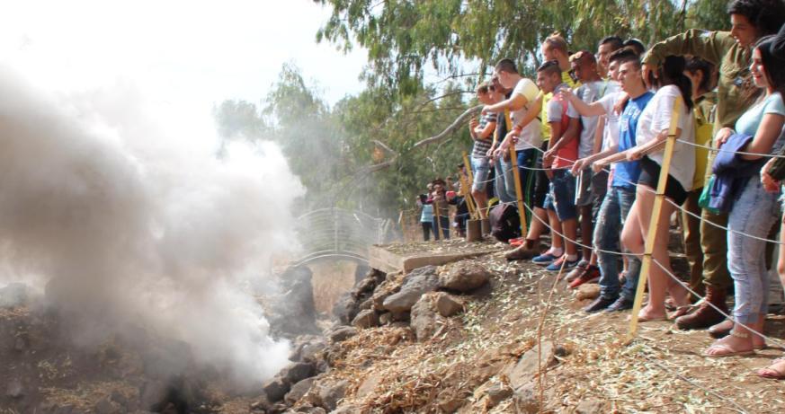 """תלמידי י""""ב צופים בתצוגת תכלית של חיילי גולני בכיבוש תעלה בתל פאחר"""