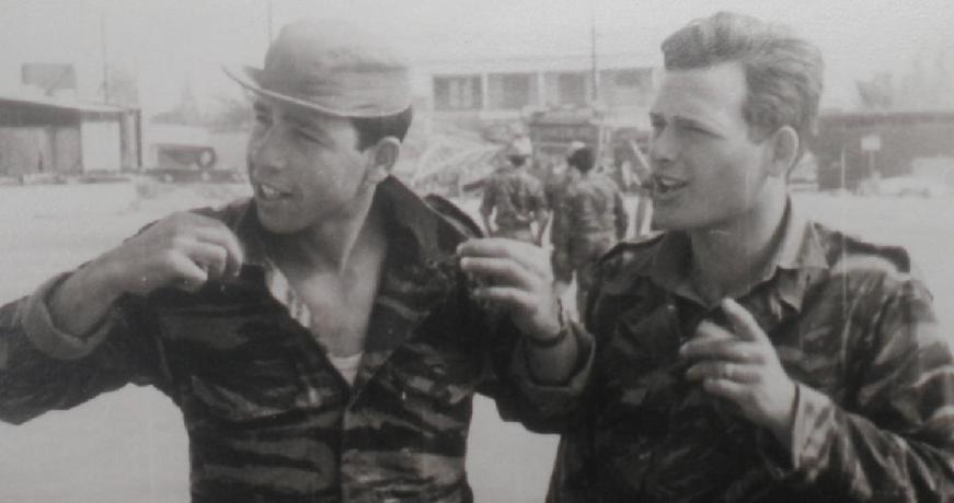 אחוות סמלים. שמואל בן חמו [משמאל] עם דב רוזנבלום שנהרג בתל פאחר