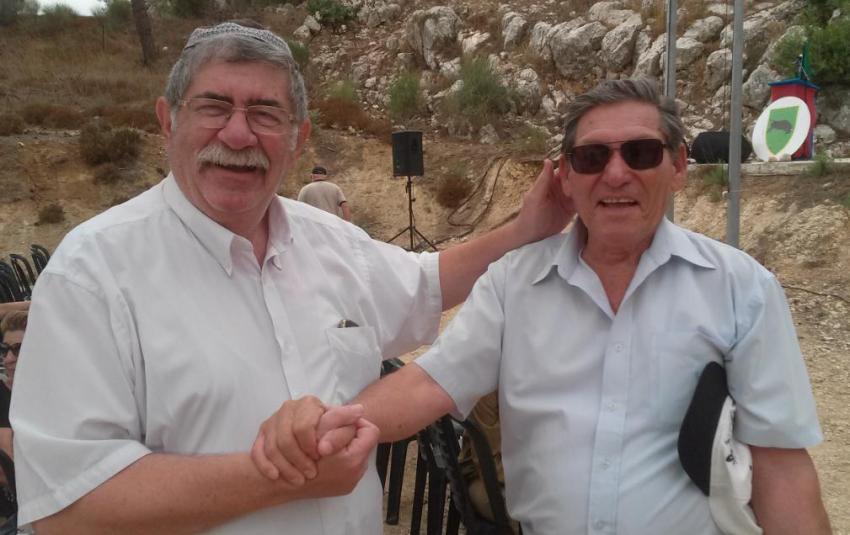 נפגשים לראשונה מאז תל פאחר. עזרא ברוש [מימין] וצבי שטרנברג מפלוגה ז' בגדוד 377