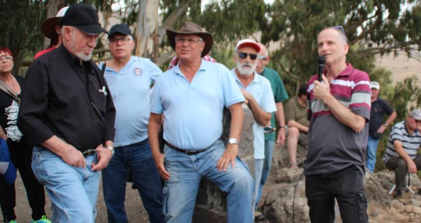 """בחזית המוצב. מימין: דני ביזר, המדריך מודי שניר (בכובע הבוקרים) ומשה יוסף (בחולצה השחורה) שהיה מג""""ד 17 בששת הימים"""