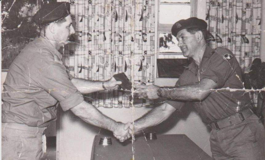 """מג""""ד 377 אמנון חינסקי [משמאל] מקבל מידי האלוף אלעזר אות הוקרה על מלחמת ששת הימים באירוע של פיקוד צפון למפקדים"""