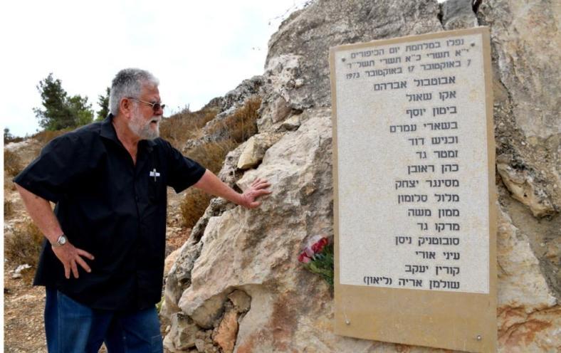 אלישע שפירא מוותיקי גדוד 377 ליד לוח ההנצחה לחללי מלחמת יום כיפור [צילום: זאב פז]
