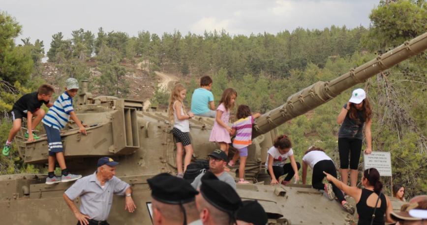 נילדים השתלטו על טנק הצנטוריון שמוצב למרגלות האנדרטה בעין זיתים