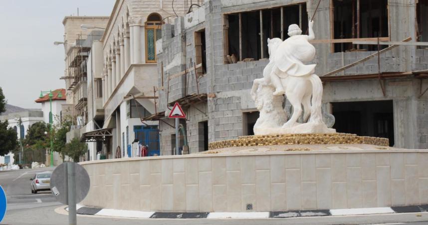 הכיכר המרכזית של רג'ר והכביש העולה לכיוון צפון הכפר ולגדר הגבול עם לבנון