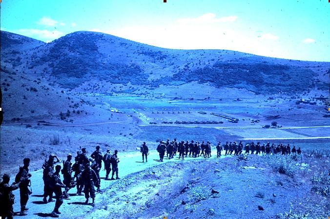 פלוגה ד' בירידה למכתש אבו נידה. למטה המחנה ממנו יצאנו וברקע הרחוק קונייטרה העיר בתמונה מזהה את: קויבסקי, ציונוב, אלפנט, הסמל יאיר מ.