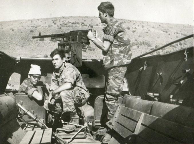 """הכותב (בכובע """"טמבל"""" צבאי) ושני חברים מהמחלקה בנגמ""""ש בי.טי.אר. שלל"""