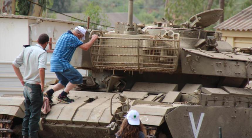 """זה כבר לא פשוט. טנקיסט שרמן במלחמת יו""""כ מנסה לטפס על מרכבה 4"""