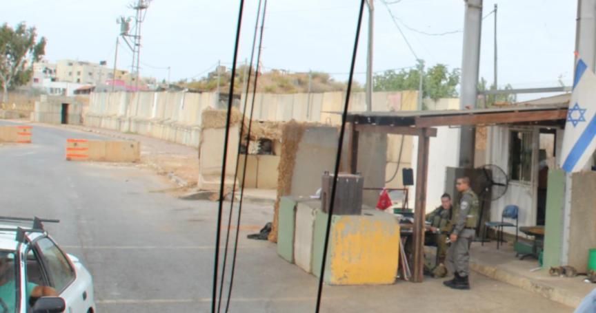 """מחסום צה""""ל בכניסה לכפר. הכניסה לכאלה שאינם תושבי רג'ר - רק באישור החמ""""ל"""