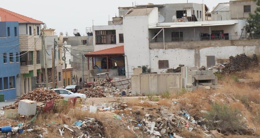 """מוצב צה""""ל ברג'ר מעל ערימות פסולת בניין שנזרקות לכיוון ואדי הווזאני. לרוב המוצב נטוש"""