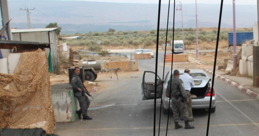 הכפר רג'ר מזוהה בישראל עם הברחות. ביציאה מהכפר נבדקת כל מכונית