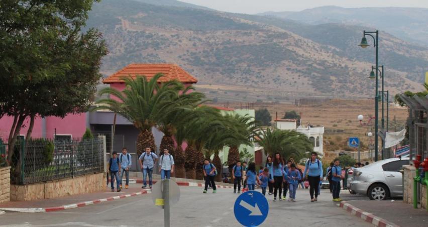 תלמידים ברג'ר חוזרים מבית הספר המקומי