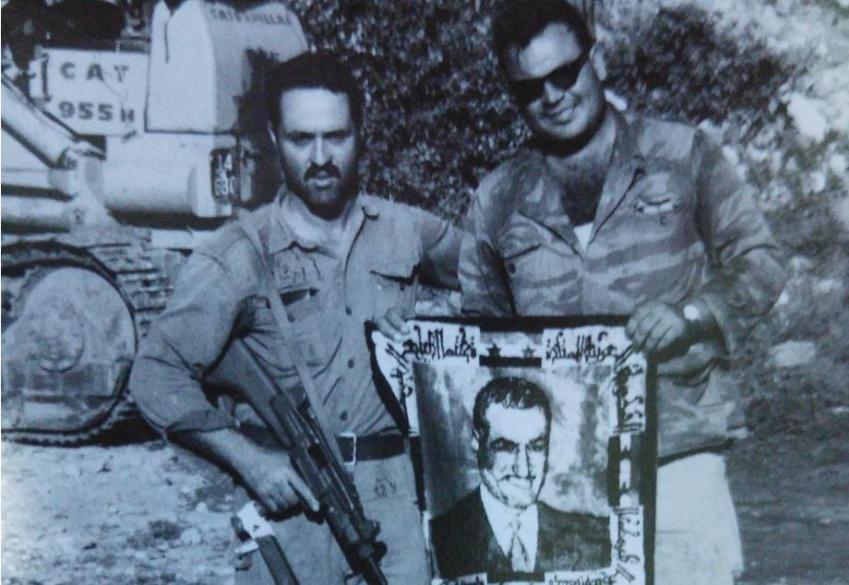 בן גיגי [משמאל] עם צילום של נאצר וחבר בפאתי קונייטרה