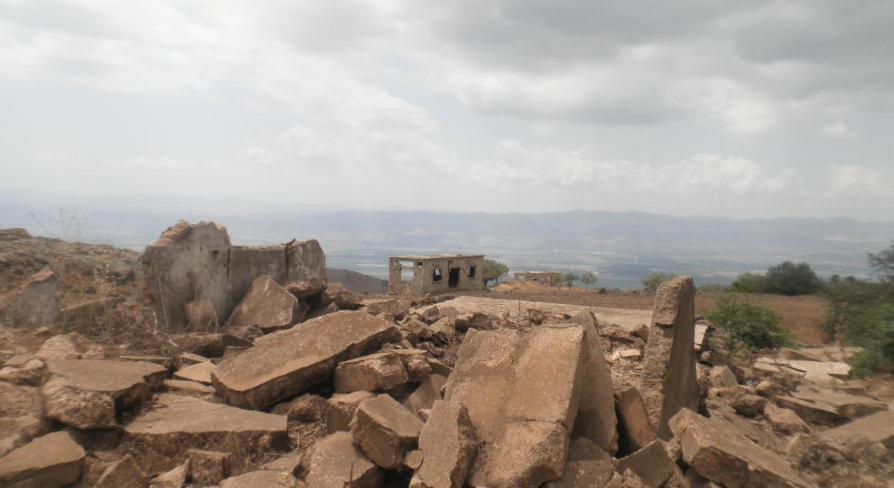"""כפר קלע כיום. שאריות של מבנים שפוצצו ע""""י הנדסה, ויעד למטווח של אימוני טנקים שחוררו את מה שנותר"""
