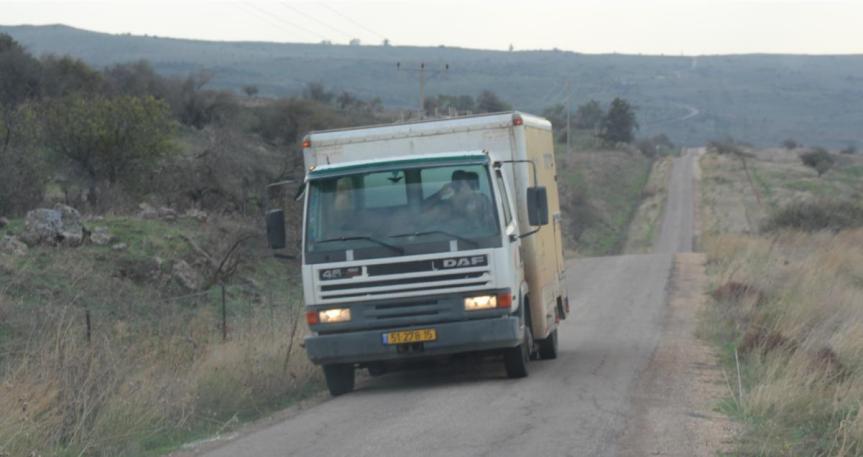 משאית קטנה על דרך הנפט