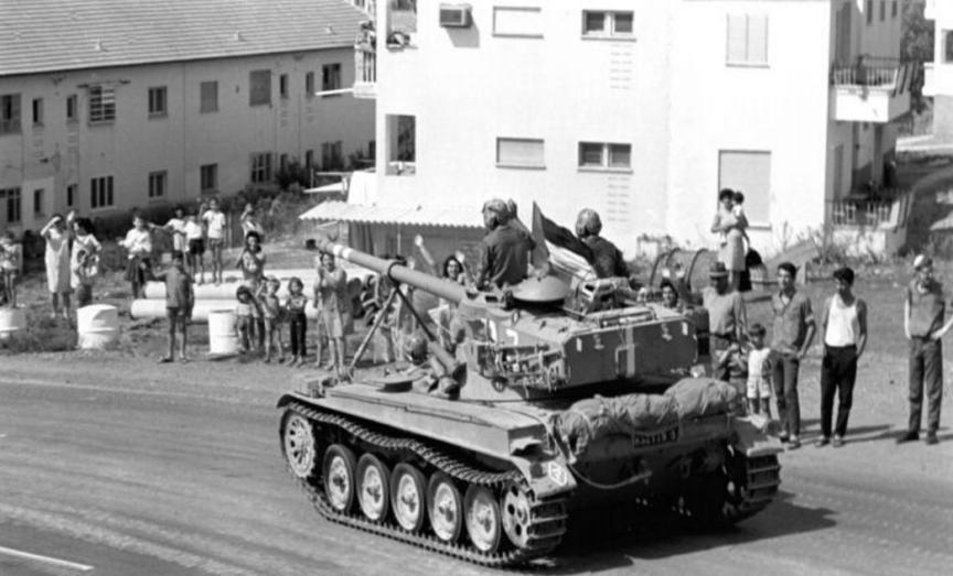 """אמ.איקס עובר ברחובה של עיר [צילום: אפרים קדרון, במחנה - ארכיון צה""""ל]"""