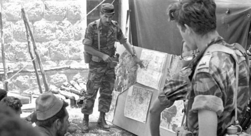 """סא""""ל בני ענבר, מג""""ד 51, בקבוצת פקודות כנראה מיום ה-8 ביוני 1967 [צילום: במחנה, ארכיון צה""""ל]"""