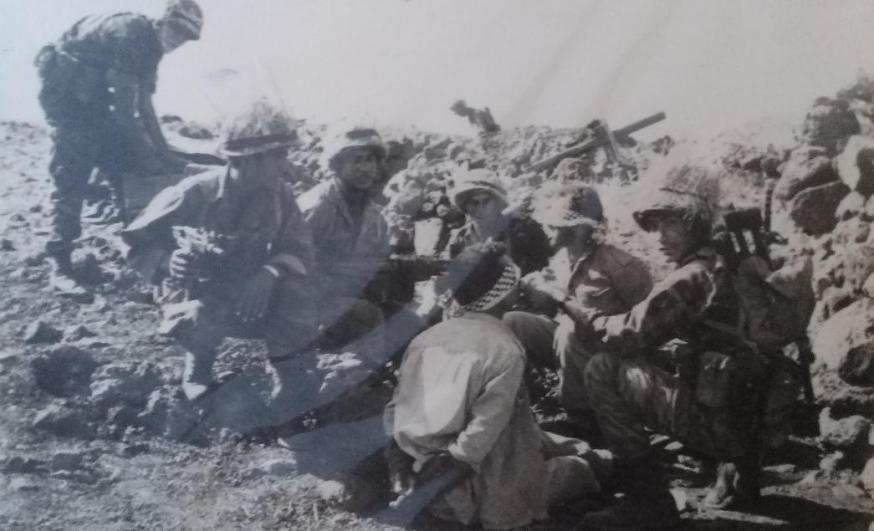 גדוד 17 עם שני שבויים סורים