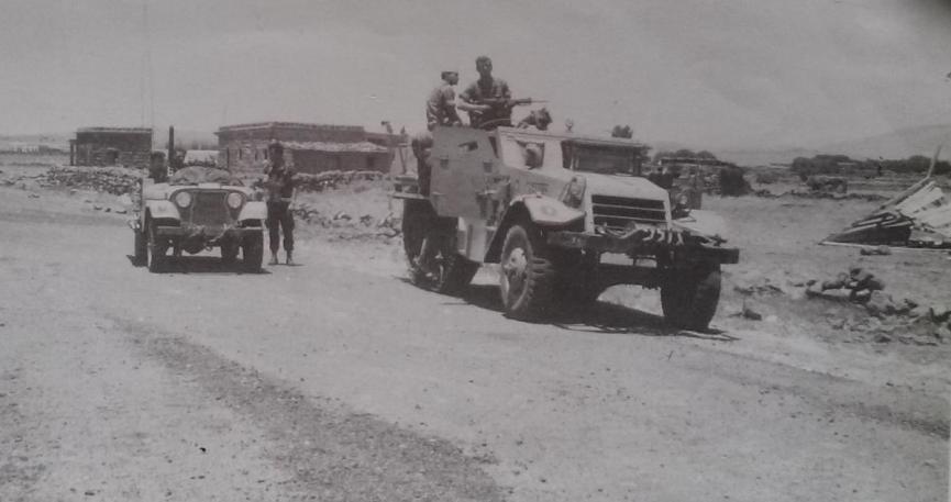 """גדוד 13 בג'בב אל מיס, 10 ביוני 67. עומד ליד הג'יפ: המג""""ד סא""""ל פנחס נוי אלוש"""