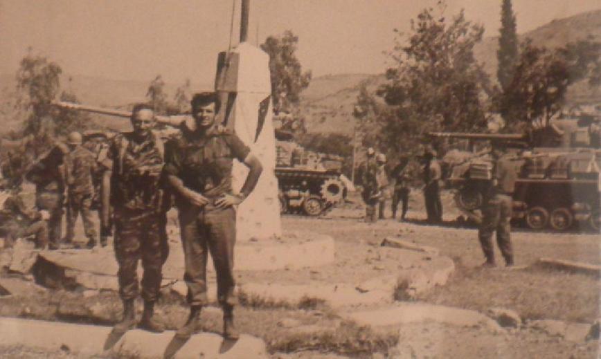 """תחנה אחרונה - בניאס. המח""""ט יונה אפרת (משמאל) והסמח""""ט משה גת בכיכר המרכזית של הכפר שנכבש אור ליום ה-10.6.67"""