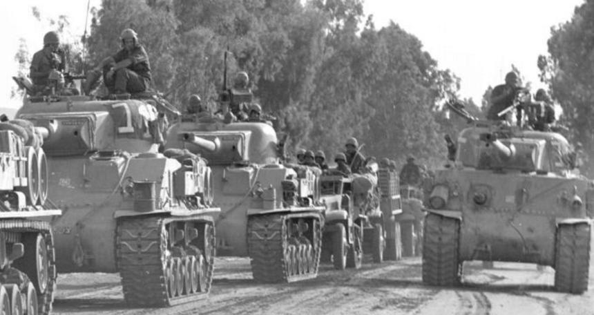 """שדרת שריון באיזור הצפון [צילום אלכס אגור, במחנה - ארכיון צה""""ל]"""