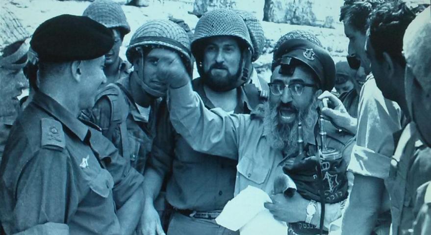 """7 ביוני 1967, סגן הרמטכ""""ל אלוף חיים בר-לב בכותל המערבי עם הצנחנים והרב שלמה גורן [צילום: ארכיון צה""""ל]"""