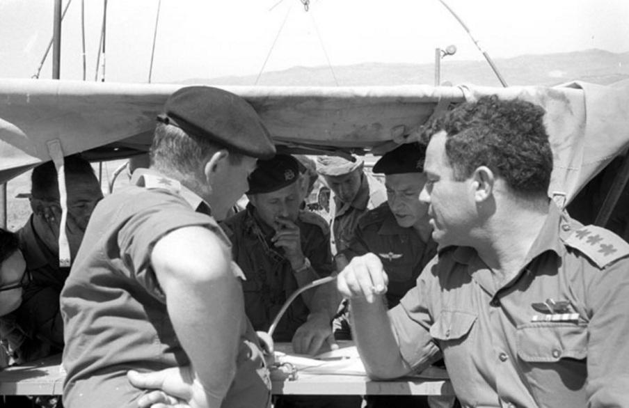 """סגן הרמטכ""""ל בר-לב עם דן לנר. מימין: אל""""מ אברשה טמיר שהיה במלחמת ששת הימים סגן מפקד אוגדה [צילום: ארכיון צה""""ל]"""