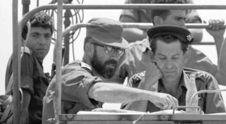 """הקמ""""ן סא""""ל זלמן גנדלר [ג'מקה] בזחל""""ם החפ""""ק עם אלוף דוד אלעזר, בקרבות צפון השומרון ב-6-5 ביוני 1967 [צילום: ארכיון צה""""ל]"""